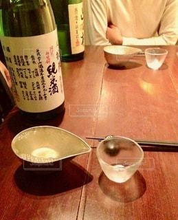 テーブルの上のワインのボトルの写真・画像素材[2716494]