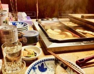 テーブルの上の食べ物のトレイの写真・画像素材[2716495]