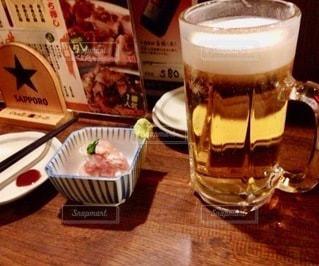 テーブルの上にコーヒー1杯とビール1杯の写真・画像素材[2716504]