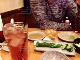 食べ物を持ってテーブルに座っている人の写真・画像素材[2716517]