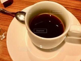 テーブルの上のコーヒー1杯の写真・画像素材[2716522]