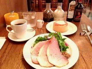 テーブルの上の食べ物の皿の写真・画像素材[2716527]