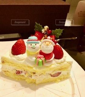 テーブルの上に座っているケーキの写真・画像素材[2720605]