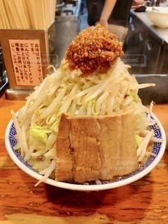 テーブルの上の食べ物のボウルの写真・画像素材[2720606]