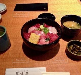 テーブルの上の食べ物の写真・画像素材[2720607]