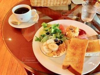 テーブルの上の食べ物の皿の写真・画像素材[2720619]