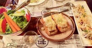 テーブルの上の食べ物の皿の写真・画像素材[2720636]