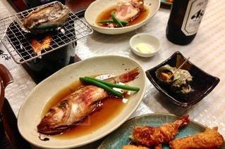 テーブルの上の食べ物の皿の写真・画像素材[2720654]