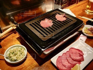 ストーブの上の食べ物の皿の写真・画像素材[2720661]