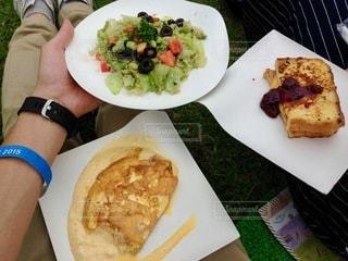 テーブルの上の食べ物の皿の写真・画像素材[2720670]