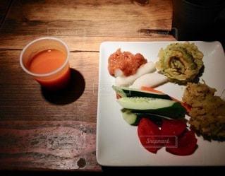 食べ物の皿とコーヒー1杯の写真・画像素材[2720673]