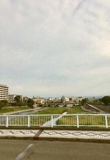 垣根を流れる川の写真・画像素材[2723067]