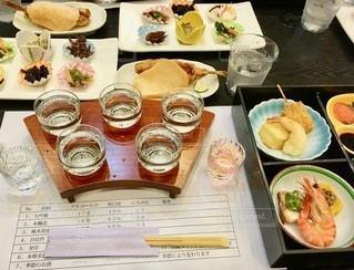テーブルの上に座っている食べ物の束の写真・画像素材[2723076]