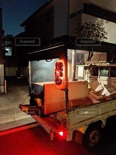 トラックが建物の側面に止まっているの写真・画像素材[2728102]