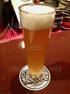 テーブルの上にコーヒー1杯とビール1杯の写真・画像素材[2761154]