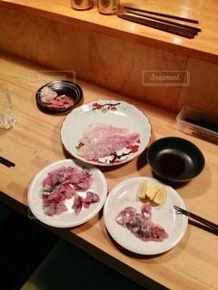 木製のテーブルの上に座っている食べ物の皿の写真・画像素材[2761164]