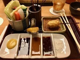 テーブルの上の食べ物のトレイの写真・画像素材[2764068]
