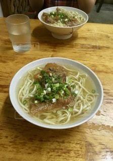 テーブルの上の皿の上の食べ物のボウルの写真・画像素材[2764084]