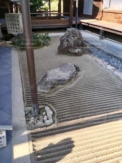 建物の前に座っている椅子の写真・画像素材[2764102]