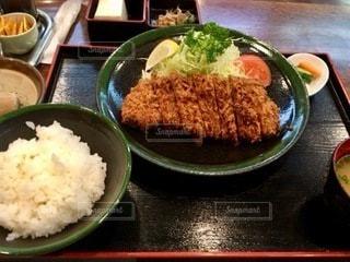 テーブルの上の食べ物のボウルの写真・画像素材[2768657]