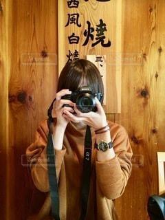 カメラに向かってポーズをとる鏡の前に立つ男の写真・画像素材[2768658]