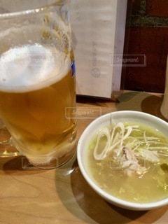 テーブルの上にコーヒー1杯とビール1杯の写真・画像素材[2768661]