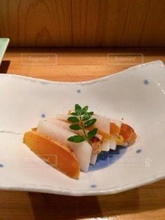 皿の上のケーキの写真・画像素材[2768667]