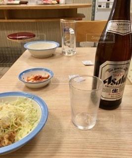 テーブルの上のビールのボトルの写真・画像素材[2768669]