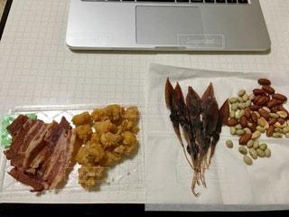 テーブルの上の食べ物の束の写真・画像素材[2768672]