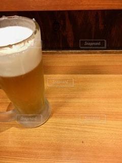 テーブルの上にコーヒー1杯とビール1杯の写真・画像素材[2768673]