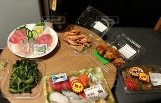 テーブルの上の食べ物のトレイの写真・画像素材[2768684]