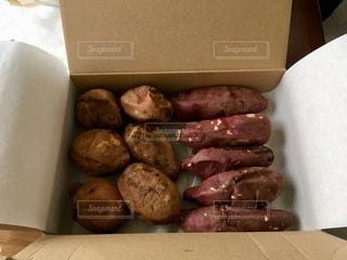 異なる種類の食べ物で満たされた箱の写真・画像素材[2768683]