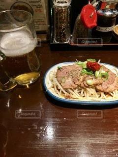 テーブルの上の食べ物の皿の写真・画像素材[2768686]