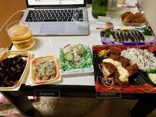 テーブルの上に異なる種類の食べ物で満たされた箱の写真・画像素材[2768695]