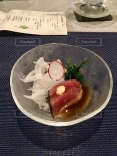 テーブルの上の皿の上の食べ物のボウルの写真・画像素材[2773490]