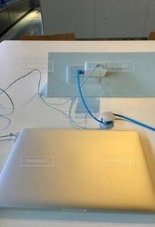 テーブルの上にコンピュータマウスを置いた机の写真・画像素材[2773497]