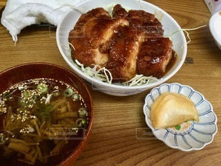 木製のテーブルの上に座っている食べ物の皿の写真・画像素材[2773521]