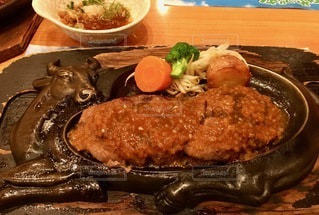 テーブルの上の食べ物の皿の写真・画像素材[2773539]