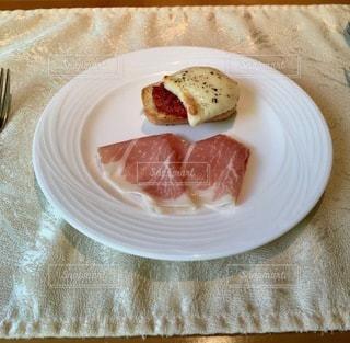 テーブルの上の食べ物の皿の写真・画像素材[2773553]