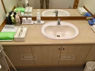 シンクと鏡を持つテーブルの写真・画像素材[2773559]