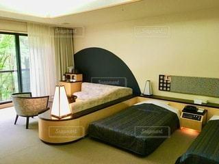 部屋に机と椅子が備えたベッドルームの写真・画像素材[2773560]