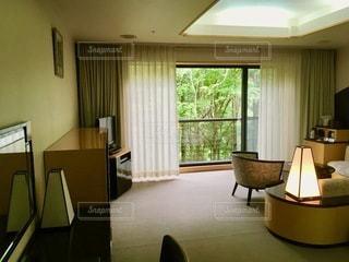 家具と大きな窓でいっぱいのリビングルームの写真・画像素材[2773561]