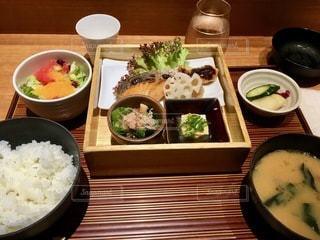 テーブルの上の食べ物のボウルの写真・画像素材[2791663]