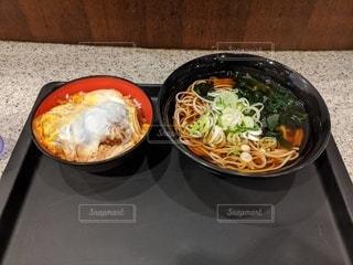テーブルの上の皿の上に食べ物のボウルの写真・画像素材[3429275]