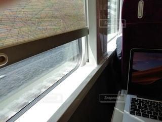 窓の上に座っている開いているラップトップコンピュータの写真・画像素材[3430078]