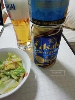 テーブルの上に、一杯の食べ物と水のボトルの写真・画像素材[3430086]
