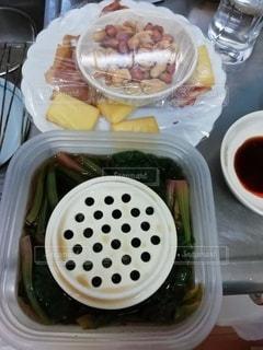 食べ物の皿をテーブルの上に置くの写真・画像素材[3430104]