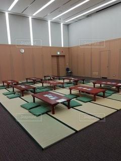 テーブルと椅子のある部屋の写真・画像素材[3430348]