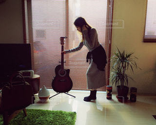 guitar selfie woman gray onepiece blinds 靴下 ワンピース ギータの写真・画像素材[360038]