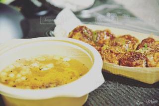 テーブルの上に食べ物のプレートの写真・画像素材[875694]